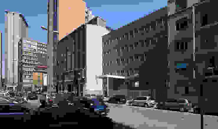 Foto facciata su via Cornalia Ingresso, Corridoio & Scale in stile moderno di Studio di Architettura Fabio Nonis Moderno