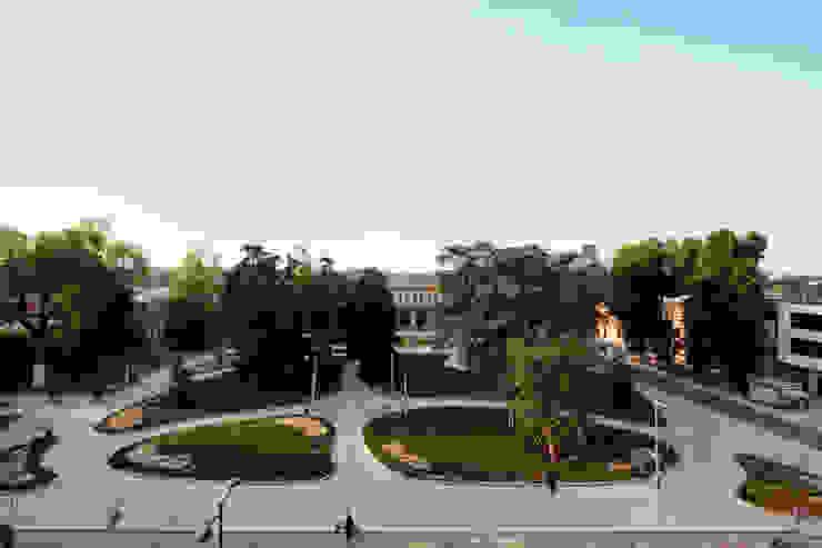 Foto del piazzale della stazione di Cremona Giardino moderno di Studio di Architettura Fabio Nonis Moderno