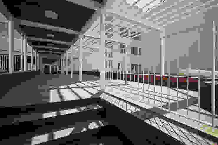 Il percorso coperto nella corte interna che collega i due edifici Giardino moderno di Studio di Architettura Fabio Nonis Moderno