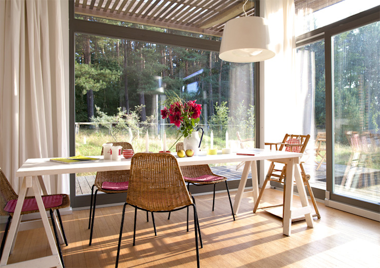 Scandinavian style dining room by SOMMERHAUS PIU - YES WE WOOD Scandinavian Wood Wood effect