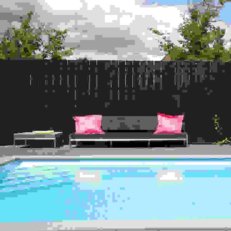 Luxe van een zwembad en tuindouche Moderne tuinen van Hendriks Hoveniers Modern