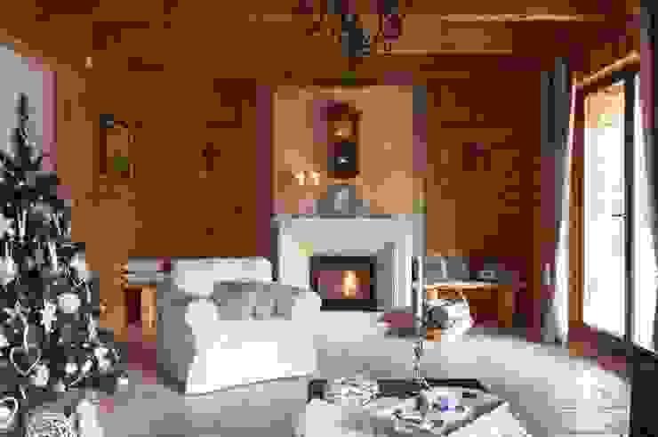 W świerkowych ścianach Rustykalny salon od Pracownia Projektowa Poco Design Rustykalny