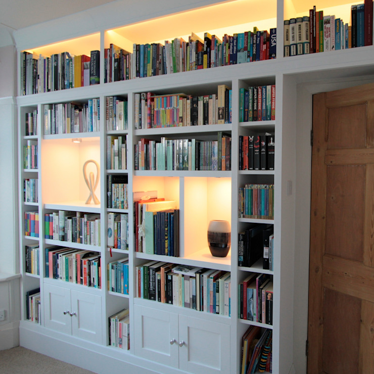 Large fitted bookshelves, white painted Modern study/office by Freebird Fitted Furniture Modern