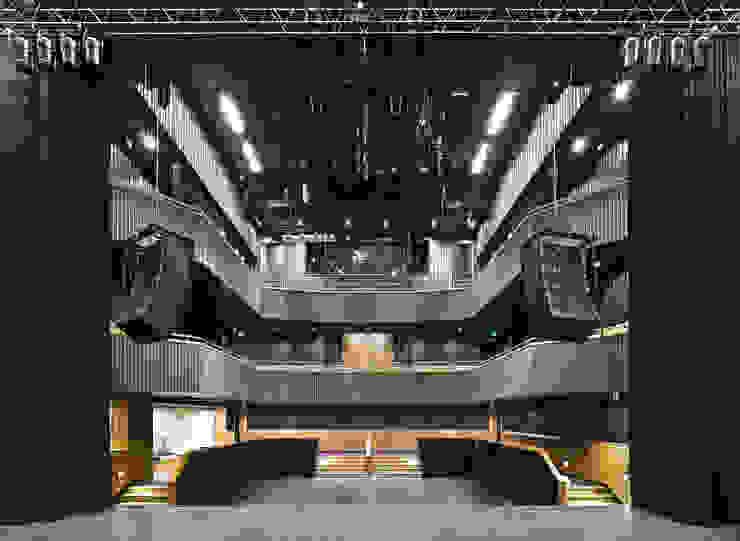 Grote Zaal (Foto: Petra Appelhof) Moderne bars & clubs van Ector Hoogstad Architecten Modern