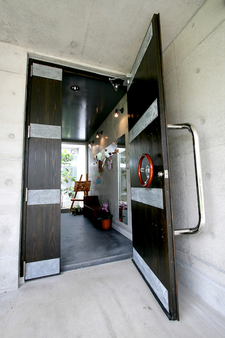 エントランスドア インダストリアルな 窓&ドア の Arms DESIGN インダストリアル