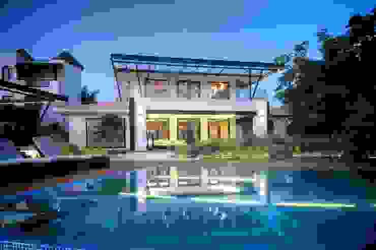 Casa SDLV Albercas modernas de sanzpont [arquitectura] Moderno