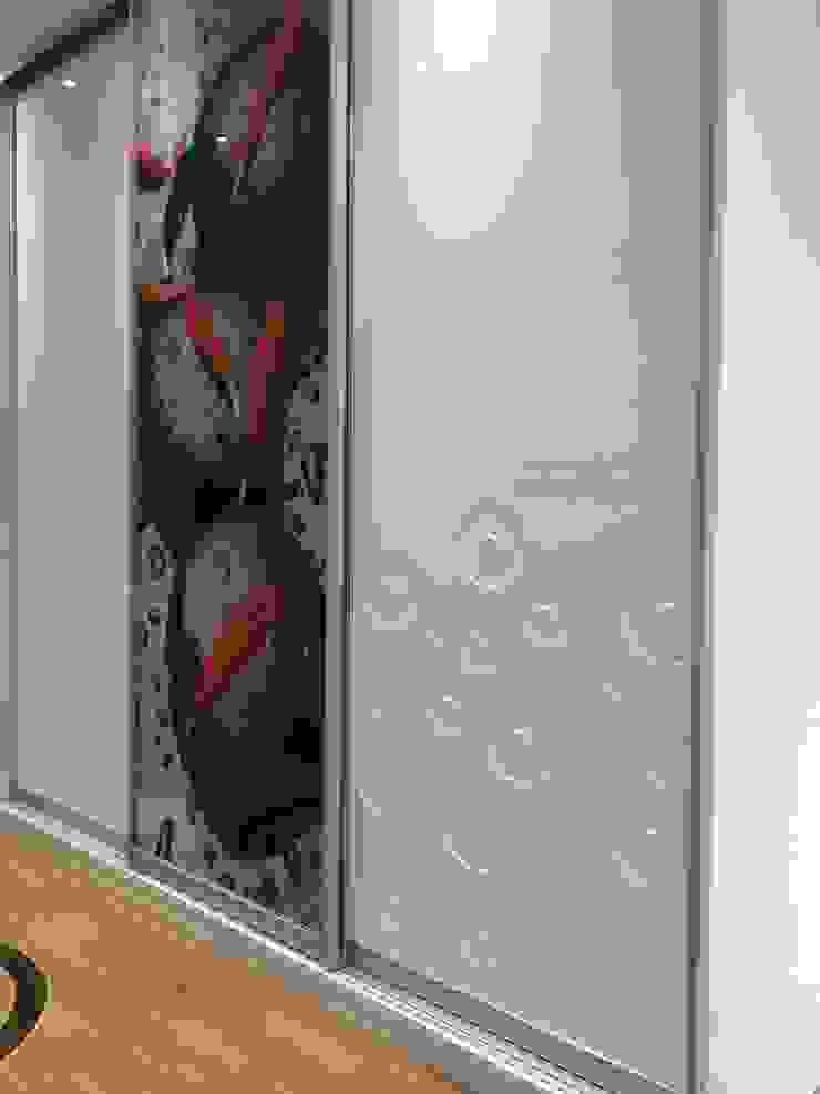 Modern sliding door wardrobe in hallway Sliding Wardrobes World Ltd Vestíbulos, pasillos y escalerasPercheros