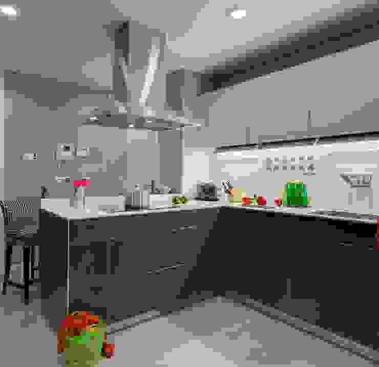 A modern, compact, practical yet stylish grey kitchen. Modern kitchen by Design by Deborah Ltd Modern
