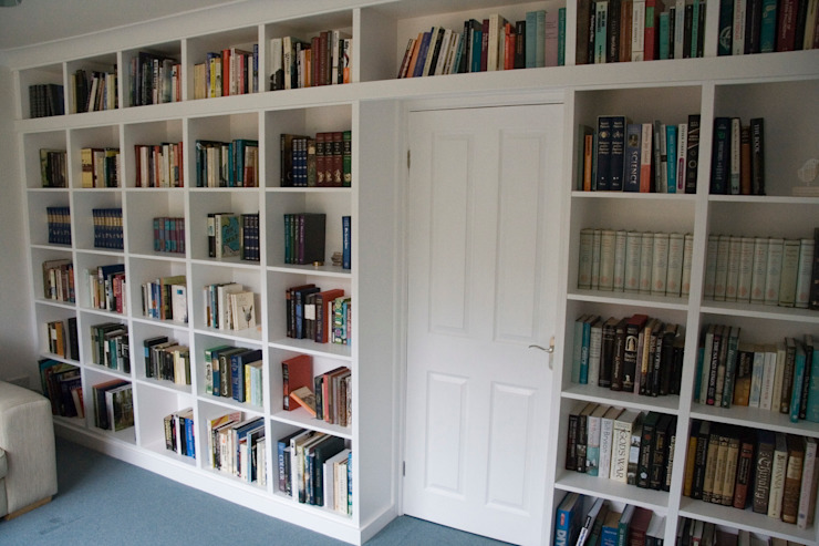Fitted bookshelves around doorway من Freebird Fitted Furniture حداثي