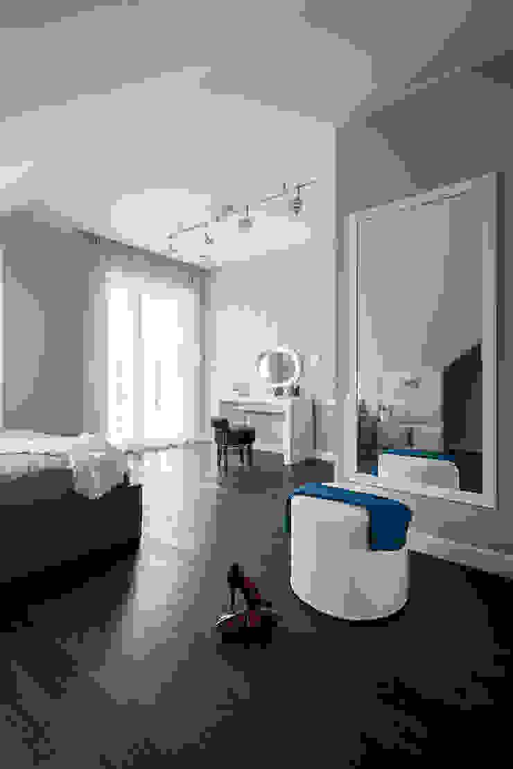 Kolorowy minimalizm Pracownia Projektowa Poco Design Minimalistyczna sypialnia