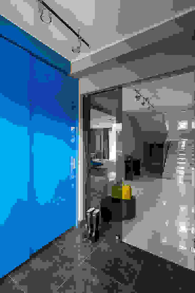 Kolorowy minimalizm Pracownia Projektowa Poco Design Minimalistyczny korytarz, przedpokój i schody