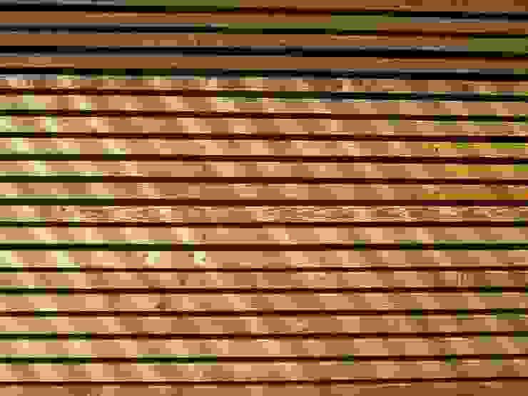 Casas escandinavas por SOMMERHAUS PIU - YES WE WOOD Escandinavo Madeira Efeito de madeira