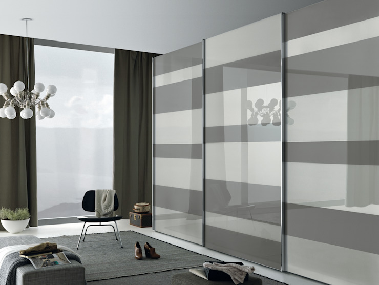 Segmenta sliding door wardrobe, Pictured here in white and grey lacquered glass panels van Lamco Design LTD Minimalistisch
