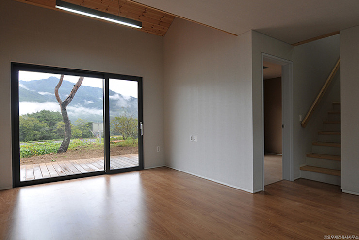 남원 백일리 주택: (주)오우재건축사사무소 OUJAE Architects의  거실