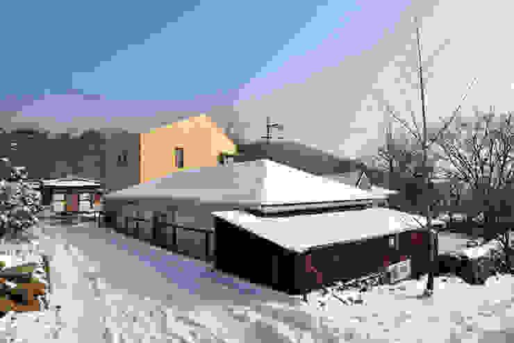 남양주 송촌리 주택: (주)오우재건축사사무소 OUJAE Architects의  주택