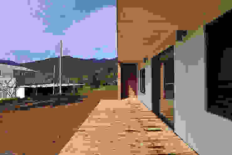 現代房屋設計點子、靈感 & 圖片 根據 (주)오우재건축사사무소 OUJAE Architects 現代風