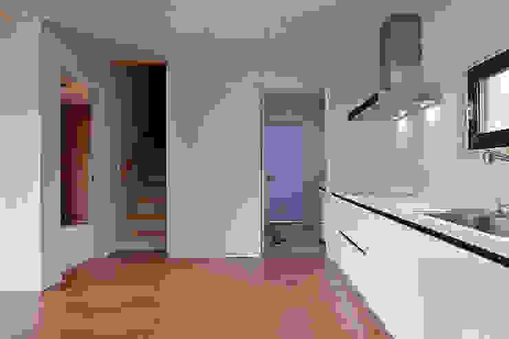 现代客厅設計點子、靈感 & 圖片 根據 (주)오우재건축사사무소 OUJAE Architects 現代風