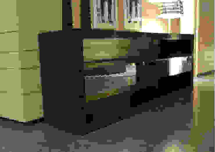 Salón con dos ambientes de MUSTING DESIGN Moderno