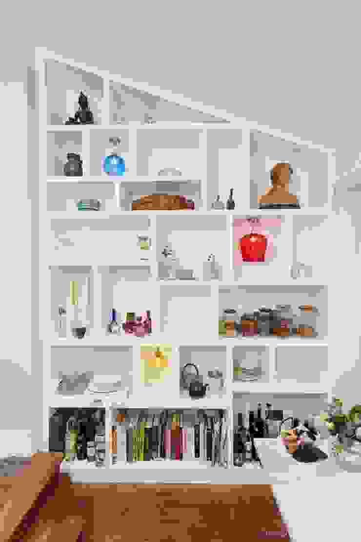 Random bespoke bookcase: modern  by Empatika, Modern