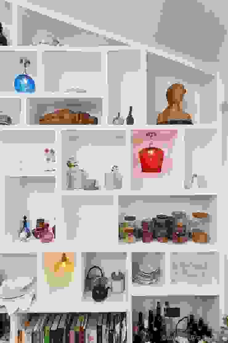 Random display bookcase: modern  by Empatika, Modern