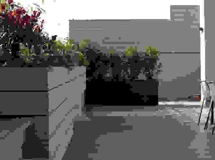 Terraza en Madrid con Pérgola Balcones y terrazas de estilo moderno de La Habitación Verde Moderno