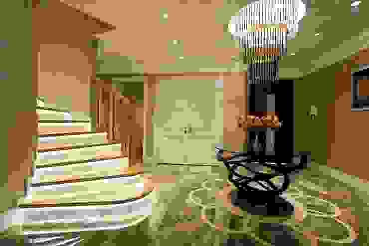 Couloir, entrée, escaliers originaux par BABA MİMARLIK MÜHENDİSLİK Éclectique