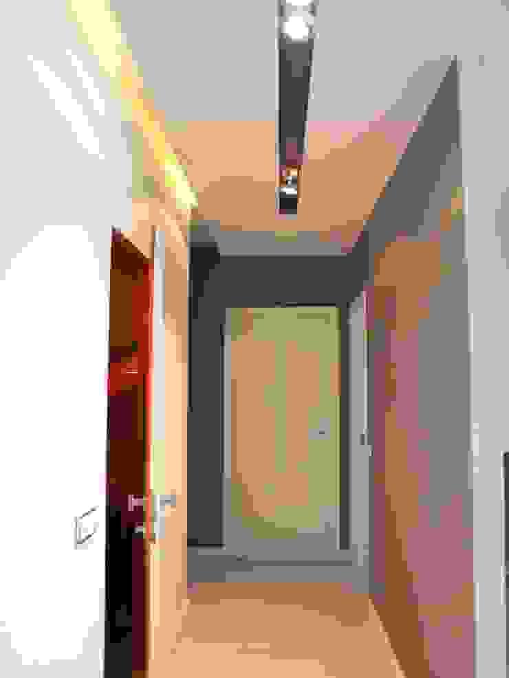 Apartament na Grzybowskiej_ Warszawa Minimalistyczny korytarz, przedpokój i schody od I Home Studio Barbara Godawska Minimalistyczny