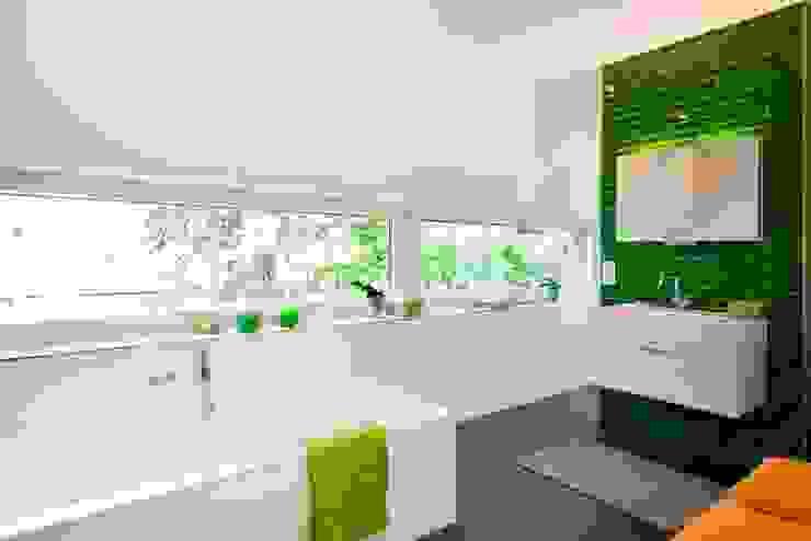 Baños de estilo  por Lignotrend Produktions GmbH , Moderno