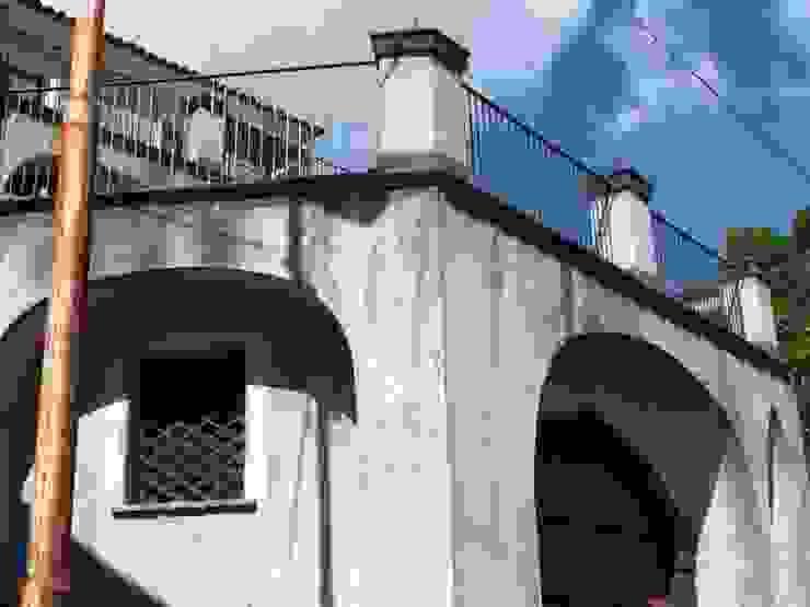 Prospetto Garage/Rimessa in stile mediterraneo di Antonio Torrisi Mediterraneo