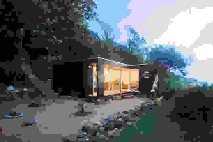 Beachfront art studio Modern garden by The Swift Organisation Ltd Modern