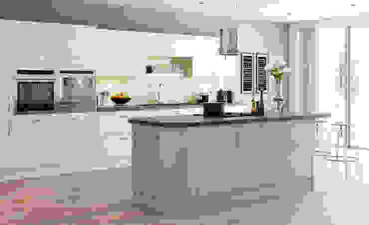 Mitre Ivory and Nutmeg Gloss Kitchen: modern  by Sigma 3 Kitchens, Modern