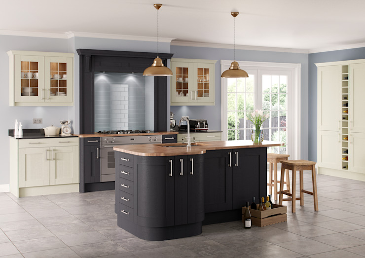 Saltaire Graphite and Ivory Painted Shaker Kitchen por Sigma 3 Kitchens Clássico