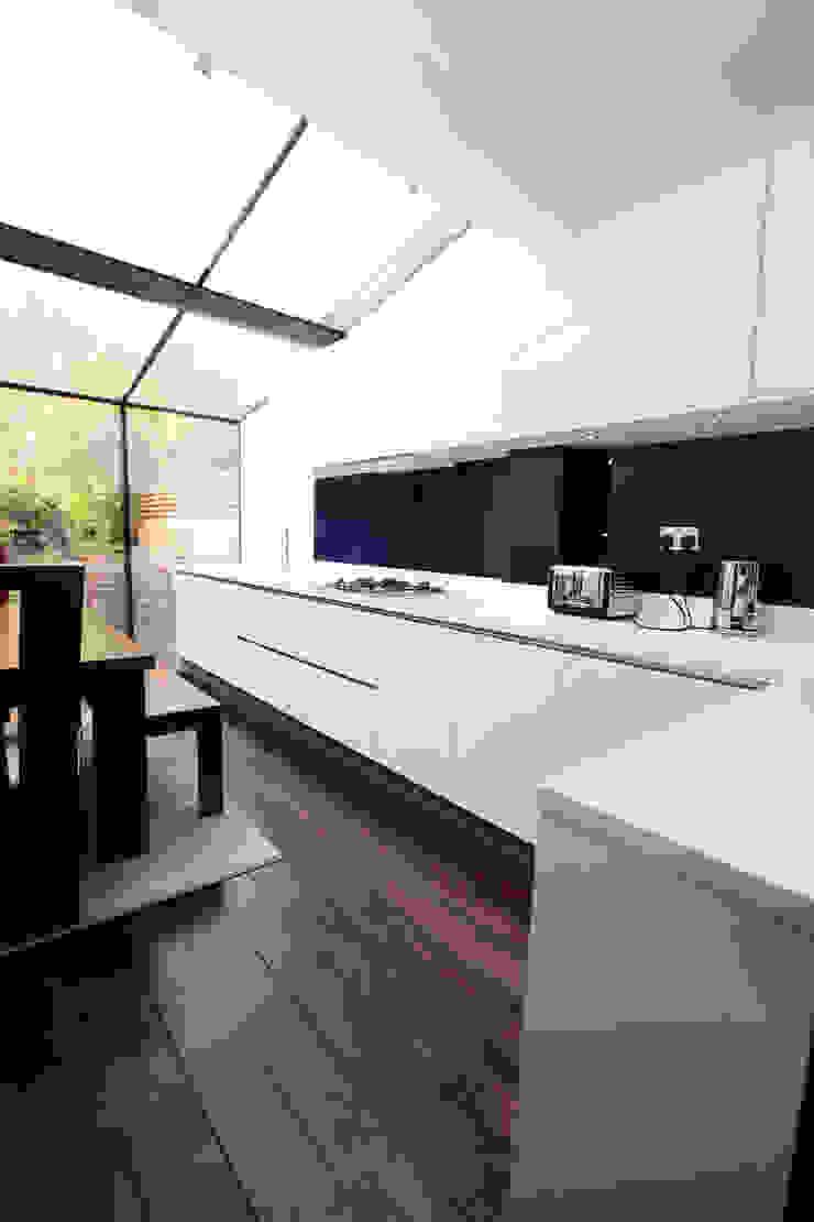 Glazed roof kitchen extension LWK London Kitchens 現代廚房設計點子、靈感&圖片