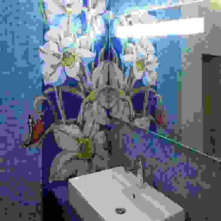 Санузел в частном доме, панно «Нарциссы», Подмосковье, 2010 Ванная комната в эклектичном стиле от Мастерская 'Мир мозаики и витража' Эклектичный