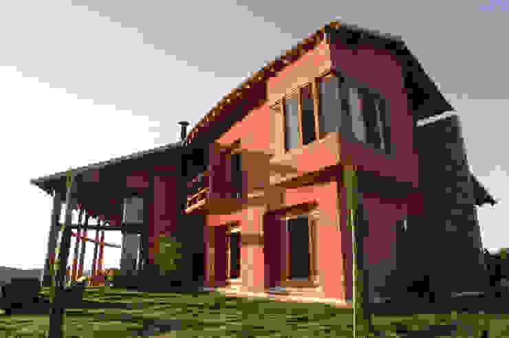 Дома в рустикальном стиле от Mascarenhas Arquitetos Associados Рустикальный