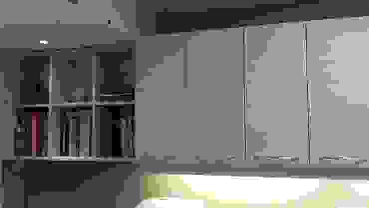 Bespoke book shelf の The Kitchen Makeover Shop Ltd