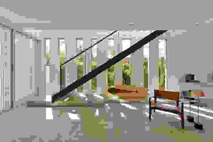 VISTA DA ESCADA METÁLICA Salas de estar modernas por Pimont Arquitetura Moderno