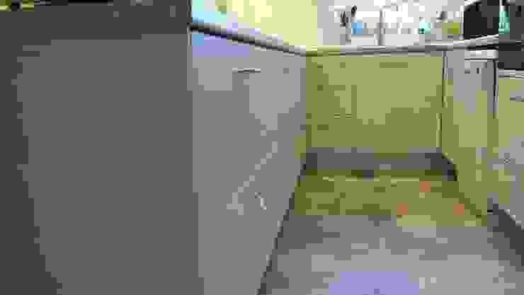 Brushed Aluminum plinths の The Kitchen Makeover Shop Ltd