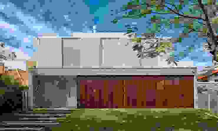 FACHADA PRINCIPAL Casas modernas por Pimont Arquitetura Moderno
