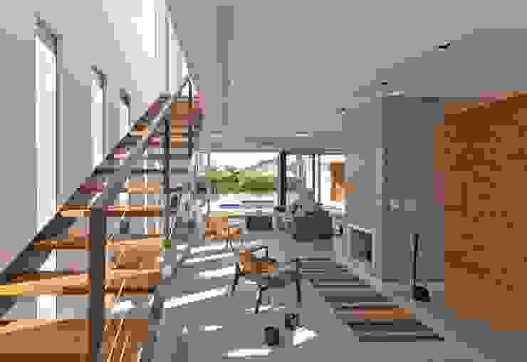 VISTA INTERNA DAS SALAS DE LAREIRA E ESTAR Salas de estar modernas por Pimont Arquitetura Moderno