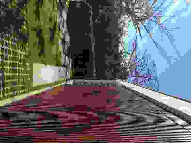 FACHADA PRINCIPAL COM RIPADOS EM MADEIRA Casas modernas por Pimont Arquitetura Moderno