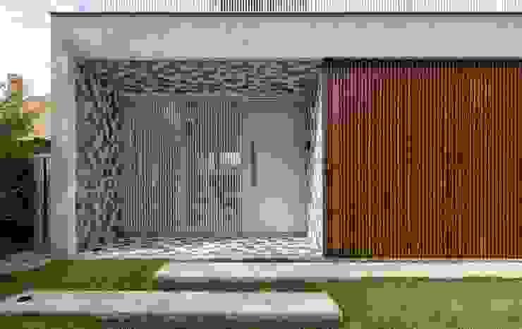 DETALHE DA FACHADA PRINCIPAL COM LADRILHO HIDRÁULICO Casas modernas por Pimont Arquitetura Moderno