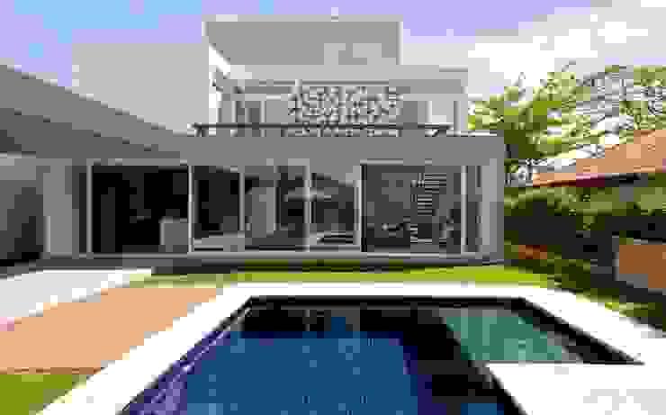 FACHADA DOS FUNDOS Casas modernas por Pimont Arquitetura Moderno