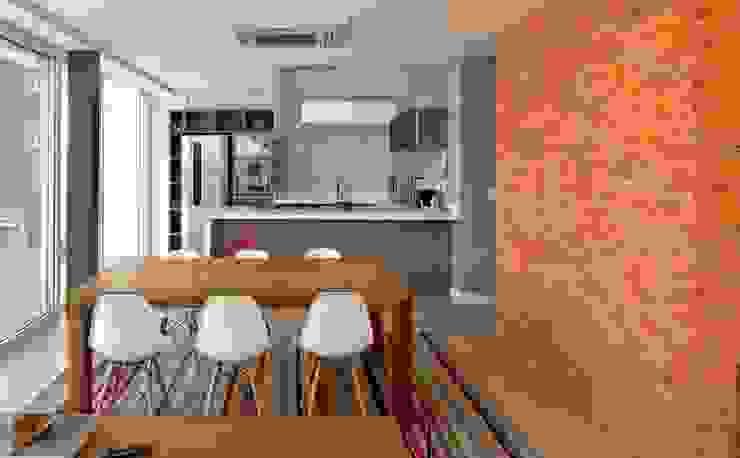 VISTA INTERNA DA SALA DE JANTAR E COZINHA Cozinhas modernas por Pimont Arquitetura Moderno