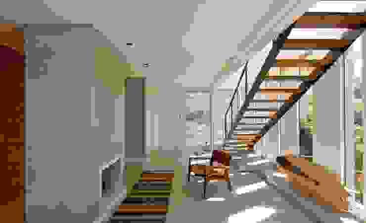 VISTA INTERNA DA SALA DE LAREIRA Salas de estar modernas por Pimont Arquitetura Moderno