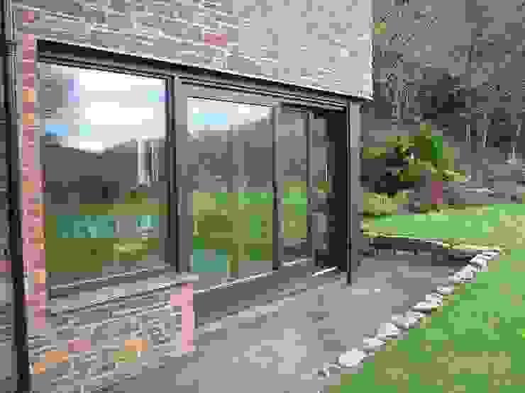 HS Portal Lift & Slide Door Hardware with bespoke joinery by Harvey Benfield Modern windows & doors by Coastal Joinery Hardware Modern
