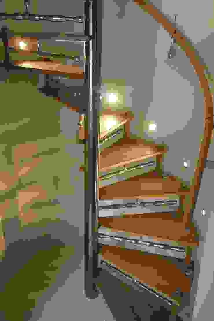 Spiral stair with sculptural detailing & 'Drip' handrail brackets. Zigzag Design Studio (Sculptural Structures) Modern Corridor, Hallway and Staircase