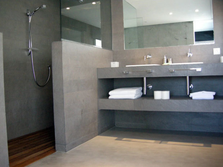 MICROCEMENTO  TKROM en baños: Baños de estilo  de BADACOLOR S.L.,