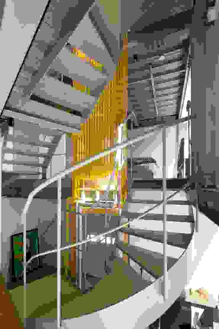 n-house モダンスタイルの 玄関&廊下&階段 の mattch モダン
