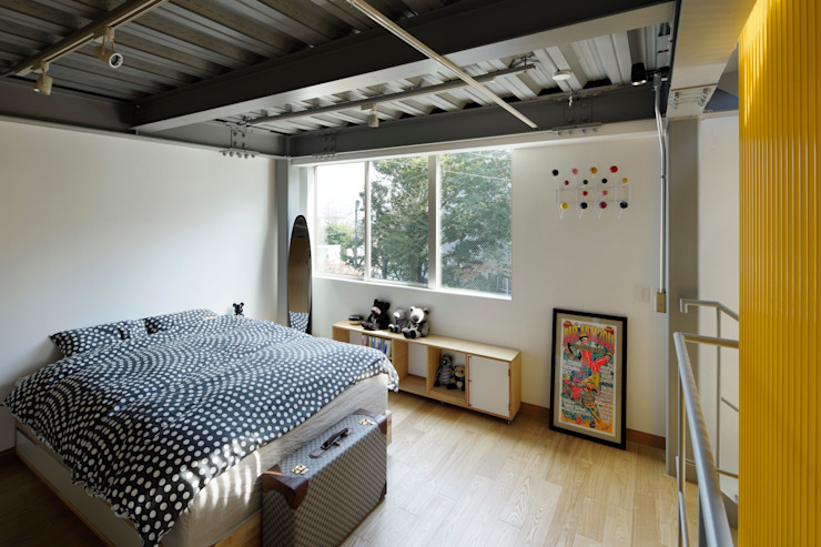 n-house モダンスタイルの寝室 の mattch モダン